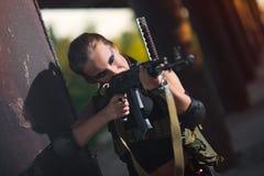 Sexy militärisches bewaffnetes Mädchen mit der Waffe, Scharfschütze Lizenzfreies Stockfoto