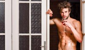 Sexy minnaarconcept Kerel het vlotte huid verleidelijk stellen Beginnende grote avond De mens met sexy torso drinkt wijn bachelor royalty-vrije stock foto's