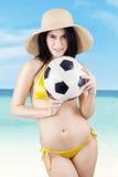 Sexy model die een voetbalbal houden bij strand Royalty-vrije Stock Fotografie