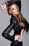 Sexy model dragend leerjasje en zwarte rok stellende manier Stock Foto's