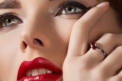 model met lippensamenstelling, zuivere huid & juwelen Stock Fotografie