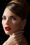 Sexy model met retro samenstelling, kapsel & juwelen stock foto