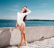 Sexy model in witte lingerie dichtbij oceaan Royalty-vrije Stock Afbeeldingen