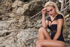 sexy Modell des jungen Mädchens der Frau des blonden Haares in der Sonnenbrille und im eleganten schwarzen Badeanzug Stockbild
