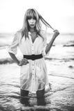 Sexy Modell mit der Franse, die im Meer steht Lizenzfreies Stockfoto