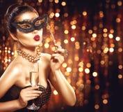 Sexy modelvrouw die Venetiaans maskerademasker dragen stock foto