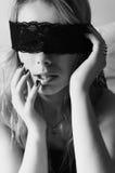 Sexy Modemädchen im glücklichen Lächeln der Spitzemaske, das hat Stockfotografie