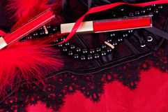 Sexy moderne Perlen und roter Lippenstift lizenzfreie stockbilder