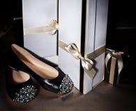 Sexy moderner Schuh und Geschenkbox Stockfotos
