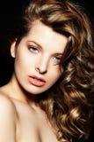Sexy modieus donkerbruin Kaukasisch jong vrouwenmodel met heldere make-up, met krullend healty haar met blauwe ogen grote lippen i Royalty-vrije Stock Afbeelding