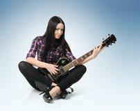 Sexy modieuze jonge vrouw met gitaar stock afbeeldingen