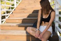 Sexy modieuze vrouw in de de zomerstad stock fotografie