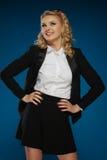 Sexy modische junge Frau in einem schwarzen Minirock Stockbild