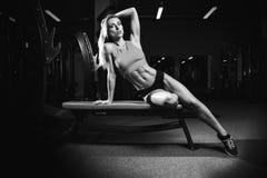 Sexy Modus der Eignung auf Diät mit langer weiblicher Beinturnhalle Stockfotos