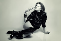 Sexy mooi vrouwenroofdier met mes Royalty-vrije Stock Foto's