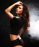 Sexy mooie donkerbruine politievrouw royalty-vrije stock afbeeldingen