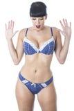 Sexy Mooie Jonge Geschokte Vrouw die Marineblauw en Wit Lacy Lingerie dragen Royalty-vrije Stock Fotografie