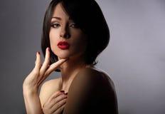 Sexy mooie make-upvrouw met korte haarstijl, rode lippenstift Royalty-vrije Stock Afbeelding