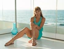 mooie vrouwenzitting op de vloer Stock Afbeeldingen