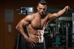 Sexy muskulöser Mann-Rest nach Übungen Stockfotos
