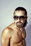 Sexy naakte kerel in zonnebril Royalty-vrije Stock Foto's