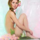 Sexy nackte Schönheit mit Blumen Stockfoto