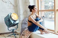 Sexy nackter Brunette im Schlafzimmer in der Wäsche, in der perfekten Zahl und in BO lizenzfreie stockfotografie