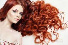 Sexy nacktes schönes Rothaarigemädchen mit dem langen Haar Perfektes Frauenporträt auf hellem Hintergrund Herrliches Haar und tie Lizenzfreie Stockfotos