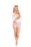 Sexy nadenkende blondevrouw in zonnebril Royalty-vrije Stock Foto