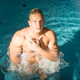 Sexy Nahaufnahmeporträt des hübschen schulterfreien männlichen Modells mit schönen Augen stockbild