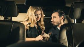 Sexy paar in de auto Stock Afbeelding
