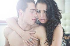 Sexy paar in de wapens Stock Foto