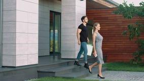 Sexy paar die buiten met zakken gaan Het gelukkige familie genieten die samen winkelen stock video