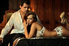 Sexy paar in slaapkamer Royalty-vrije Stock Afbeelding