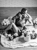 Sexy paarminnaars op vloer royalty-vrije stock afbeeldingen