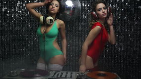 2 sexy Partei-DJ-Frauen stock video