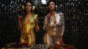 2 sexy Partei-DJ-Frauen stock video footage
