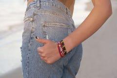 Sexy perfekte Frau in den Jeans gegen das Meer Rückseitige Ansicht Mittlere Körperteile Art und Weise Werbung von modernen Jeans Lizenzfreie Stockbilder
