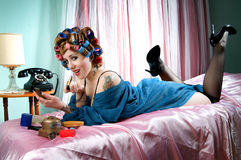 Sexy pinup girl putting on lipstick Royalty Free Stock Photos
