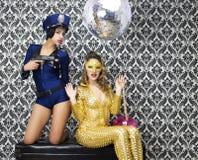 Sexy politieagentehorloges over sexy juweeldief Royalty-vrije Stock Fotografie