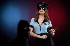 Sexy Polizeibeamtin bei der Arbeit. Stockbilder