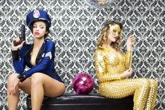 Sexy Polizeibeamtinuhren über sexy Juweldieb Stockfoto