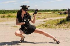 Sexy Polizistin auf Straße Stockfoto