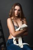 Sexy portret een schoonheidsmeisje in bustehouder en jeans Stock Afbeelding