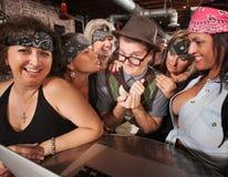 Radfahrer-Damen mit lächelndem Sonderling Lizenzfreies Stockfoto