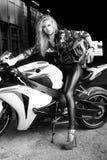 Sexy Radfahrerfrau auf einem Motorrad Stockfotos