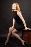 Sexy redhead vrouwenzitting Royalty-vrije Stock Foto
