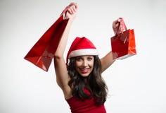 Sexy rode het winkelen van donkerbruine holdingsKerstmis zakken Stock Afbeeldingen