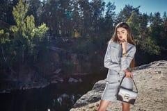 Sexy romantico del modello di moda di fascino della data castana di posa Fotografia Stock