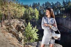 Sexy romantico del modello di moda di fascino della data castana di posa Immagine Stock
